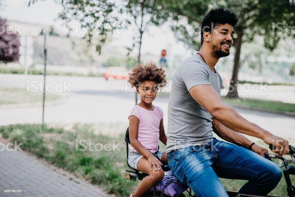 Glückliche Familie auf dem Fahrrad Radfahren – Foto