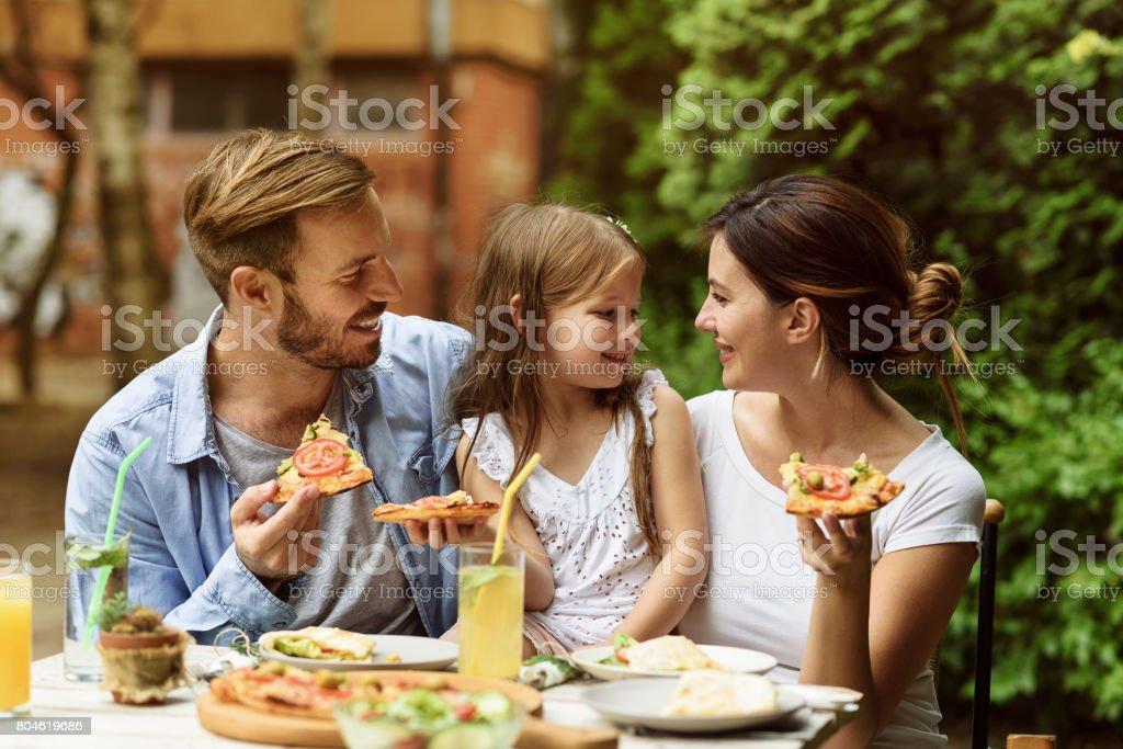 Glückliche Familie Essen in einem restaurant – Foto