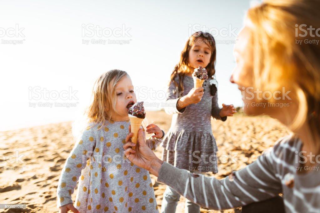 Héhé, manger les glaces sur la plage - Photo