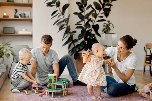 Glückliche Familie genießen auf Teppich im Wohnzimmer – Foto