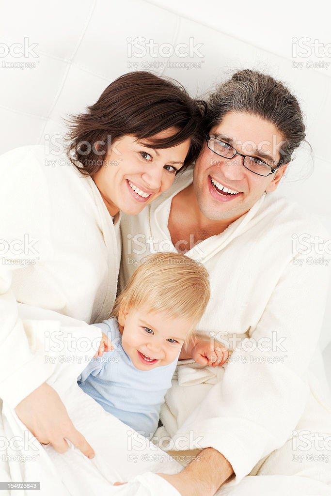Szczęśliwa rodzina lubi i odpoczywać w sypialni. – zdjęcie