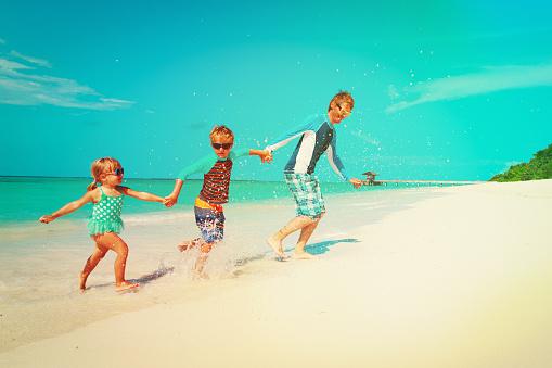 행복 한 가족비치에서 실행 하는 물으로 아 이들이 놀이와 아버지 가족에 대한 스톡 사진 및 기타 이미지