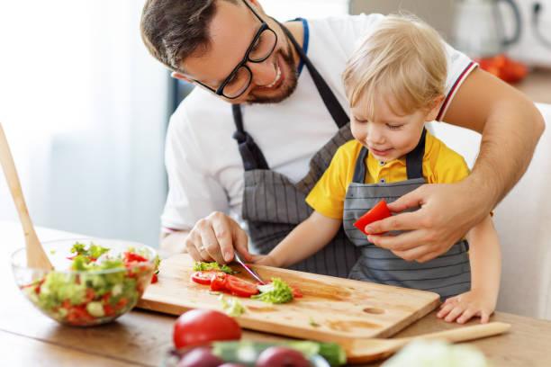 glückliche Familie Vater mit Sohn Vorbereitung Gemüsesalat – Foto