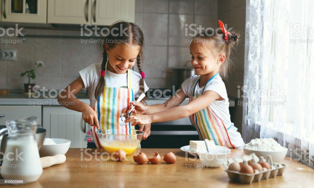 Jumeaux sisrets enfant drôle famille heureux faire cuire la pâte pétrir dans cuisine - Photo