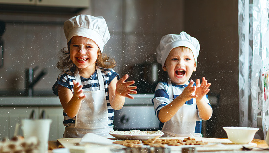 Happy Family Funny Kids Bake Cookies In Kitchen - Fotografie stock e altre immagini di Allegro
