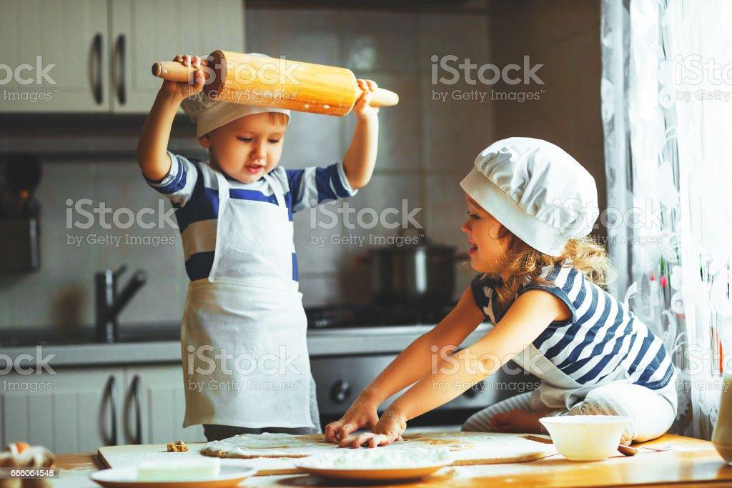 drôle de famille heureux enfants cookies cuire dans cuisine - Photo
