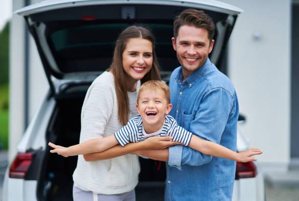 Glückliche Familie für eine Reise mit dem Auto – Foto