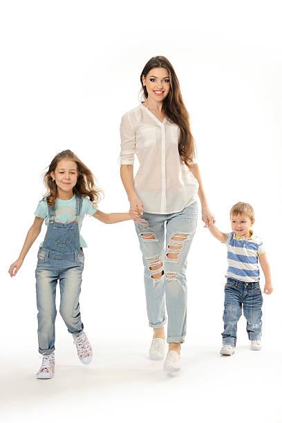 Heureuse famille va, mère, votre bonne humeur, ensemble, tenant les mains. - Photo