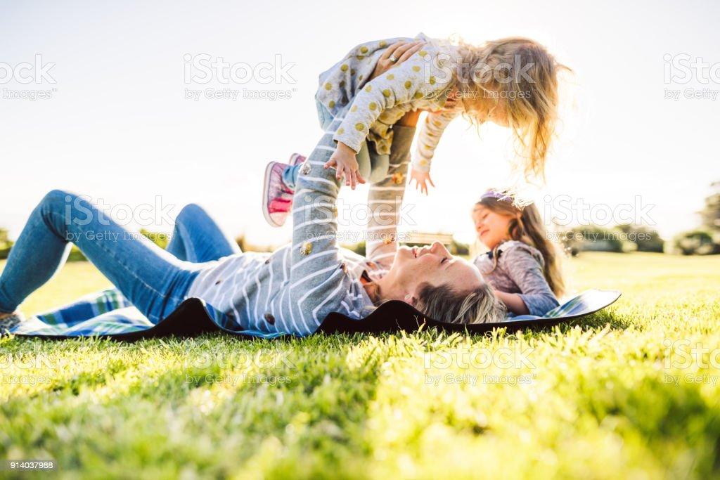 glückliche Familie viel Spaß im park – Foto