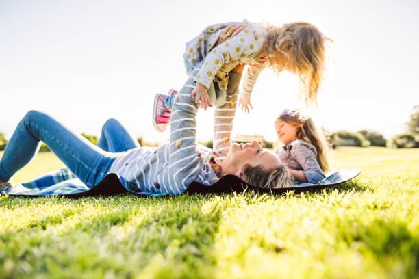 glückliche familie viel spaß im park - kinder picknick spiele stock-fotos und bilder