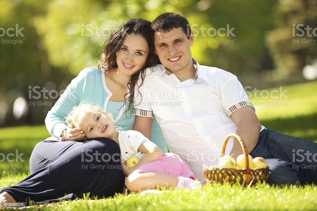 Glückliche Familie mit einem Picknick im Grünen Garten – Foto