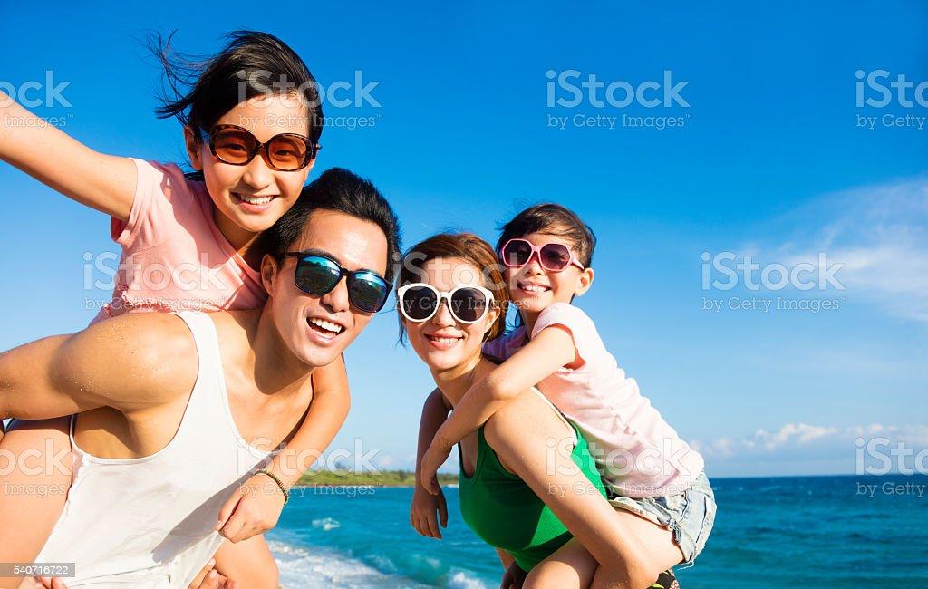 Glückliche Familie, die Spaß am Strand – Foto