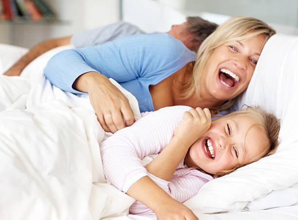Glückliche Familie Spaß auf dem Bett am Morgen – Foto
