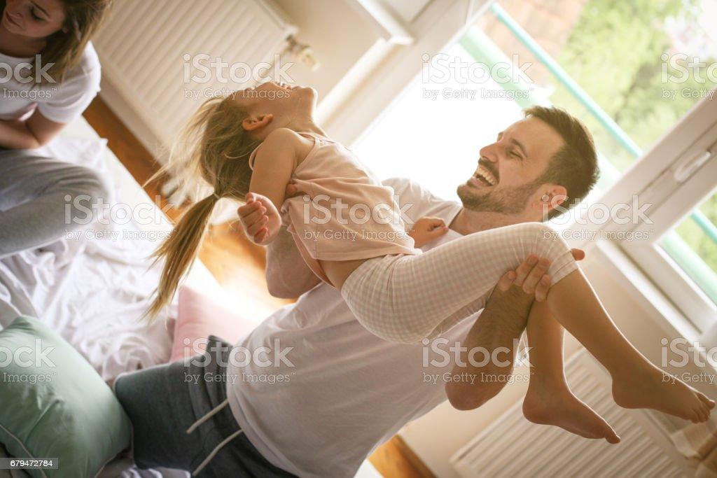 幸福的家庭,在床上樂趣。 免版稅 stock photo