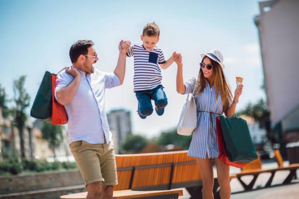 Feliz familia divertirse al aire libre después de ir de compras - foto de stock