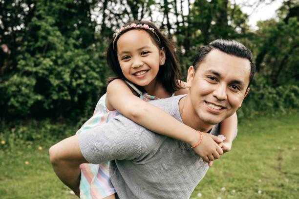 famille heureuse, s'amuser en plein air - père célibataire photos et images de collection
