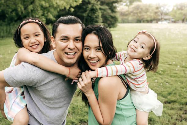 Famille heureuse, s'amuser en plein air - Photo