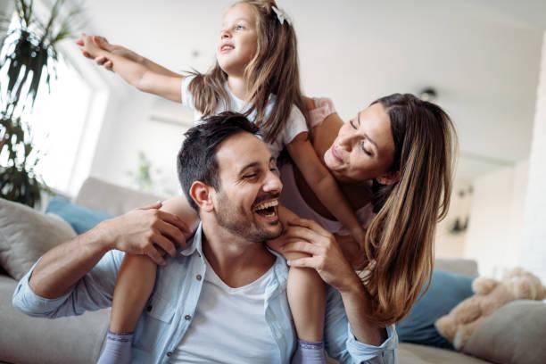 快樂的家庭有樂趣的時間在家裡 - 幸福 個照片及圖片檔