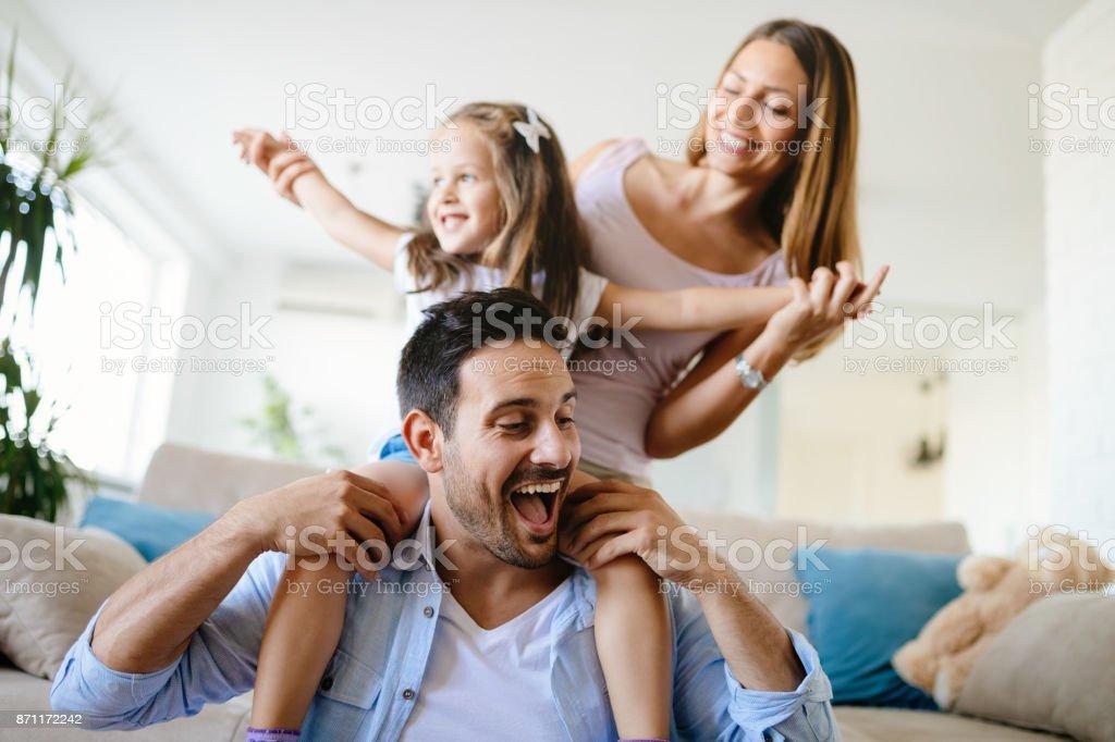 Glückliche Familie Spaß mal zu Hause – Foto