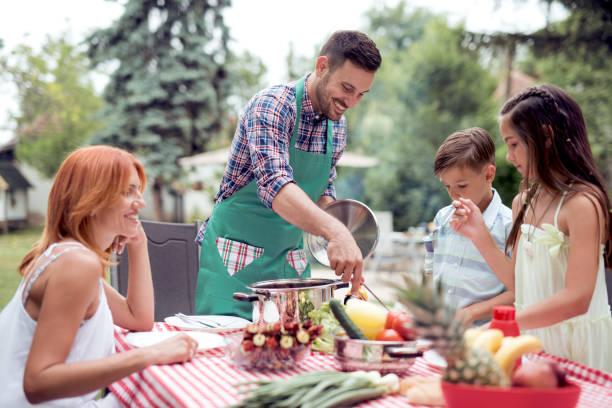 feliz familia divirtiéndose juntos - couple lunch outdoors fotografías e imágenes de stock