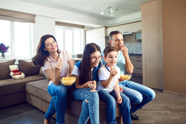 Glückliche Familie Spaß vor dem Fernseher – Foto