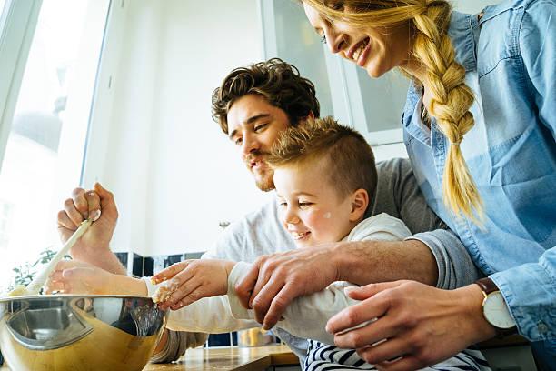 glückliche familie spaß haben, während die zubereitung von speisen zusammen - genießen französisch stock-fotos und bilder