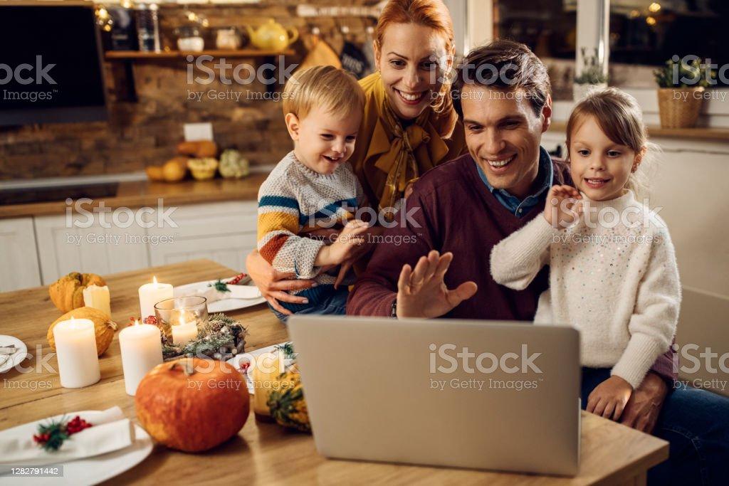 Szczęśliwa rodzina o rozmowy wideo przed posiłkiem Dziękczynienia w domu. - Zbiór zdjęć royalty-free (2020)