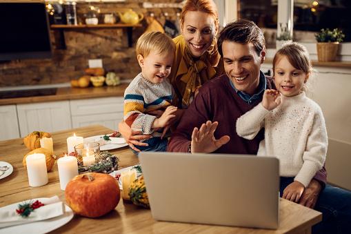Szczęśliwa Rodzina O Rozmowy Wideo Przed Posiłkiem Dziękczynienia W Domu - zdjęcia stockowe i więcej obrazów 2020