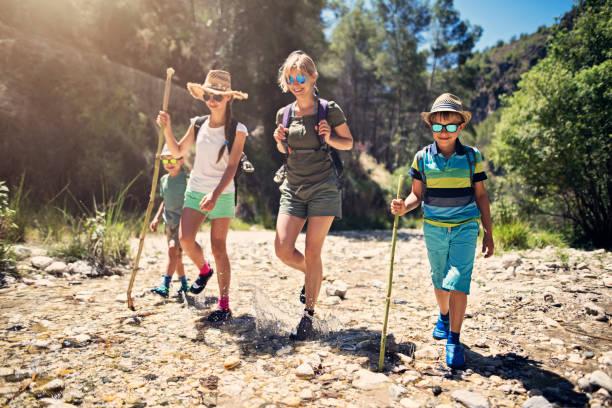 família feliz, caminhadas nas montanhas da andaluzia - com os pés na água - fotografias e filmes do acervo
