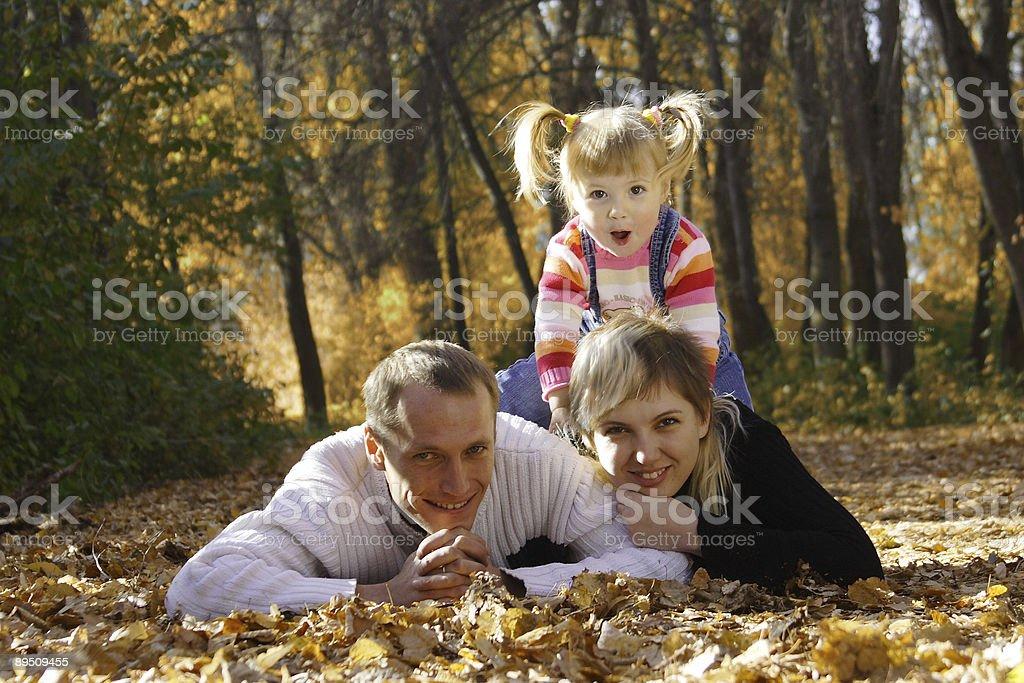 Glückliche Familie im Herbst park Lizenzfreies stock-foto