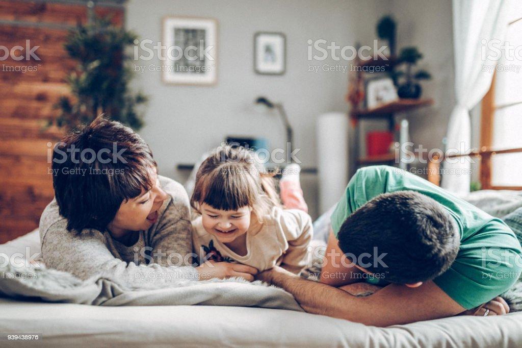 Happy Family im Bett-Zimmer mit Spaß – Foto