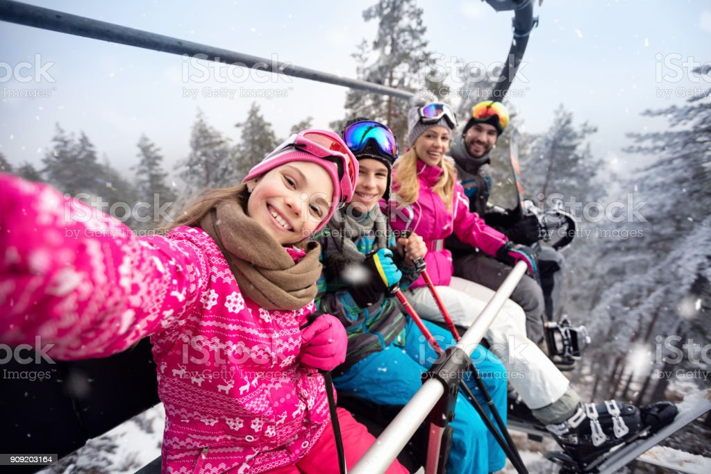 Happy Family im Seilbahn erklimmen Sie Skigelände – Foto