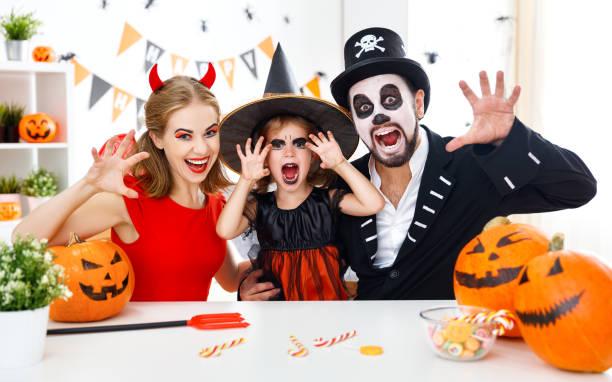 happy family im immer zu hause bereit für halloween kostüme - teufel schminken stock-fotos und bilder