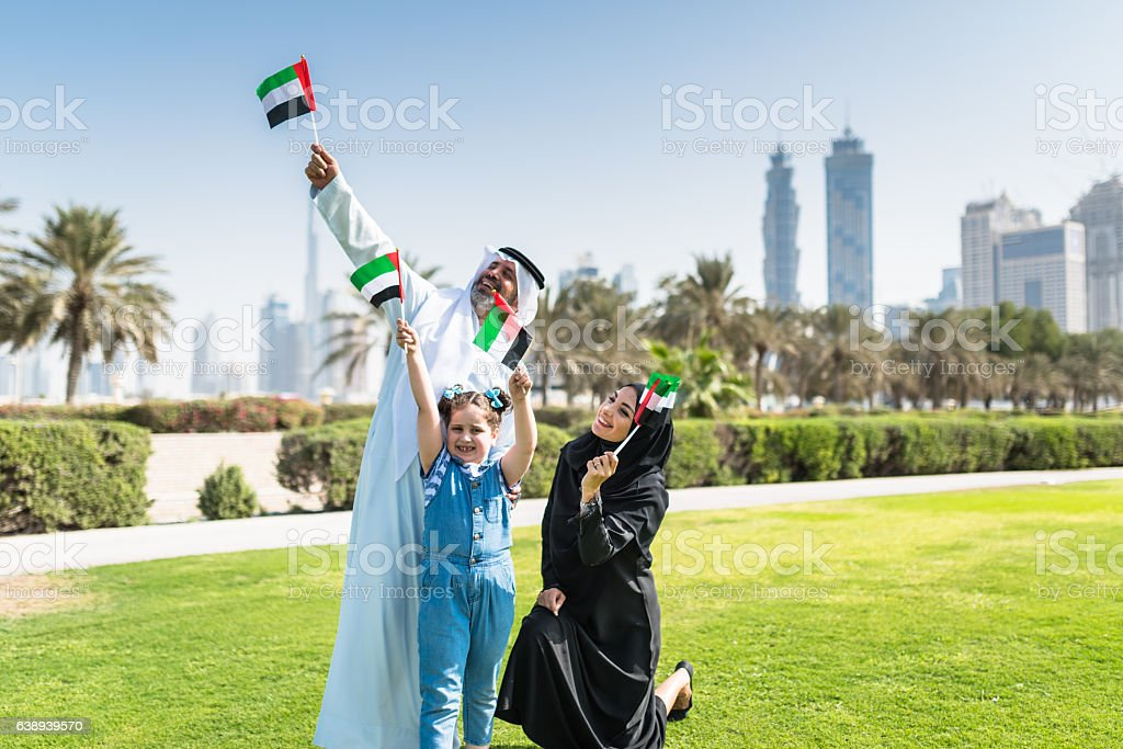 happy family in dubai for the national day - 免版稅20歲到24歲圖庫照片