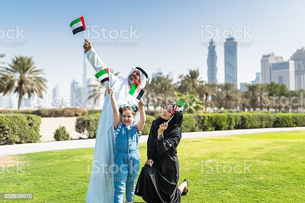 Happy Family In Dubai For The National Day 照片檔及更多 20歲到24歲 照片