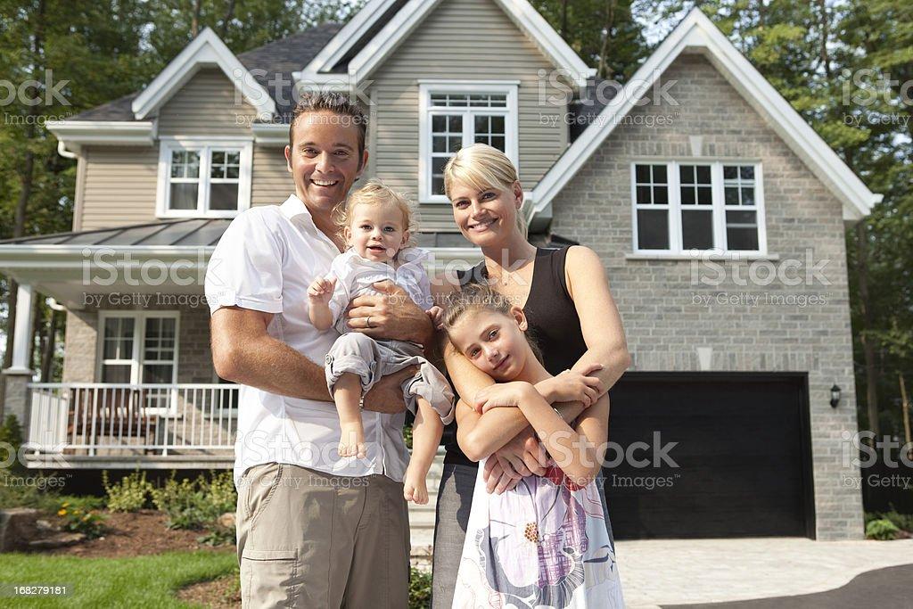 Glückliche Familie vor dem Haus – Foto