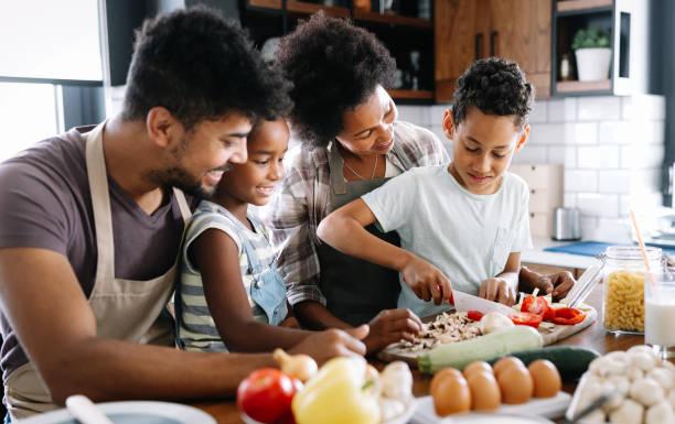 Glückliche Familie in der Küche Spaß und Kochen zusammen. Gesundes Essen zu Hause. – Foto