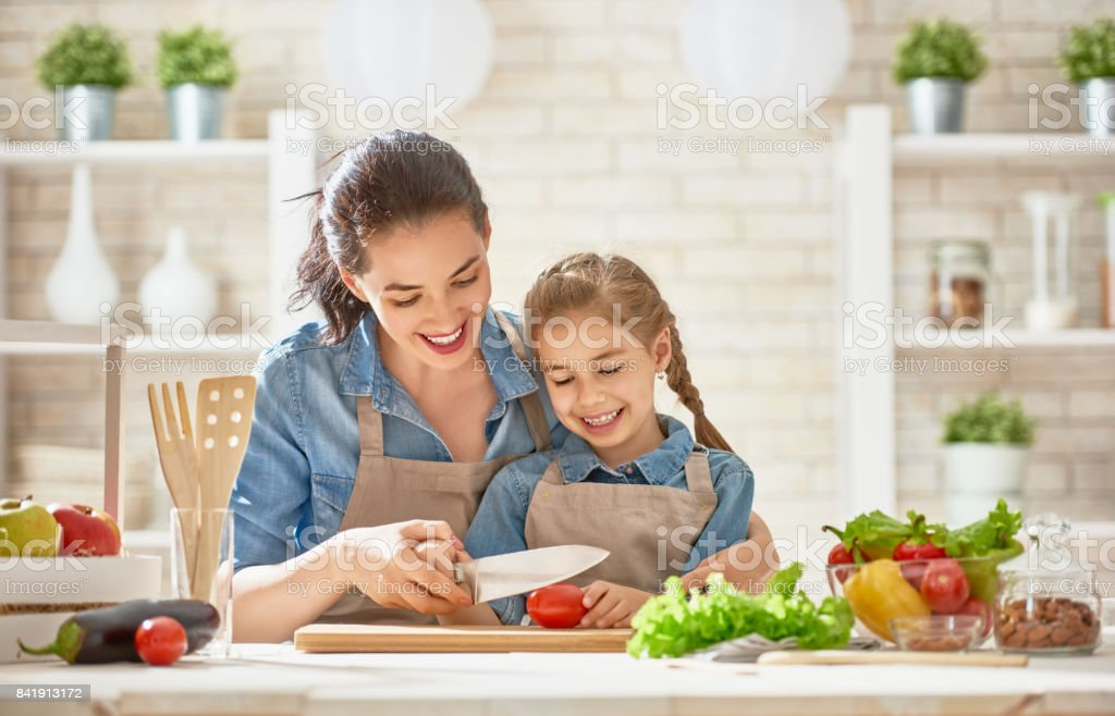 Happy family in the kitchen. - foto stock