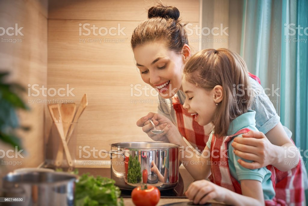 Happy family in the kitchen. - Foto stock royalty-free di Adulto
