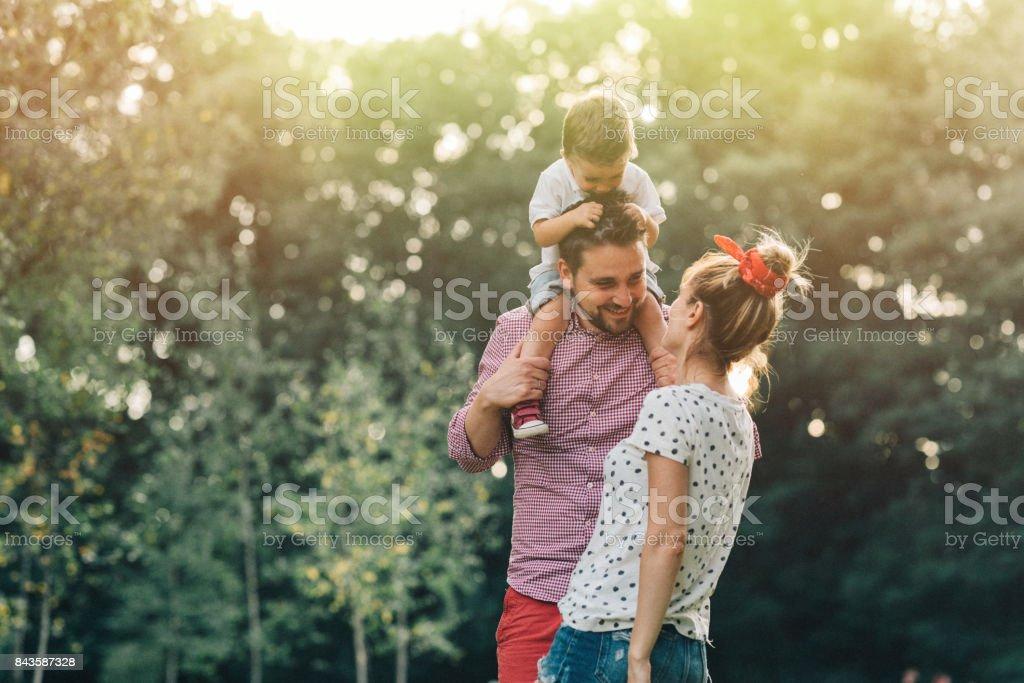 Familia feliz en el parque - foto de stock