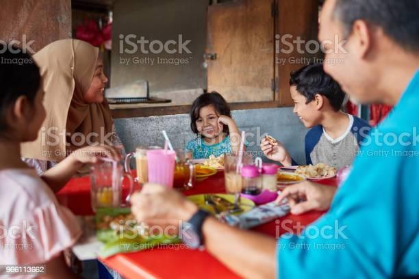 Lycklig Familj Tittar På Flicka I Restaurang-foton och fler bilder på 10-11 år