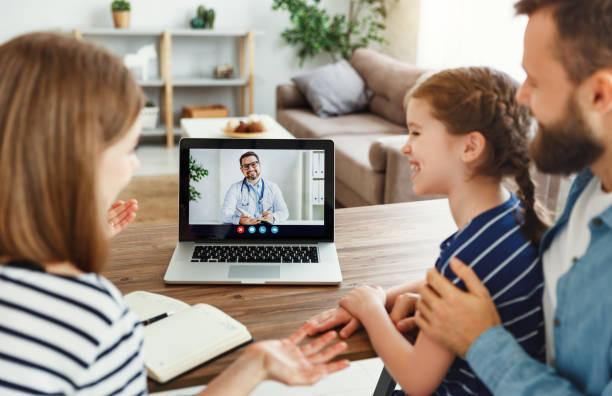 feliz familia haciendo videollamada al médico - telehealth fotografías e imágenes de stock