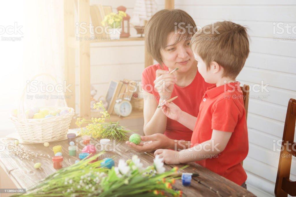 Familia Feliz Mamá E Hijos Hijo Pintar Huevos De Pascua Con Colores