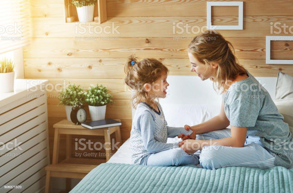 Glückliche Familie, Mutter und Kind Tochter Lachen im Bett – Foto
