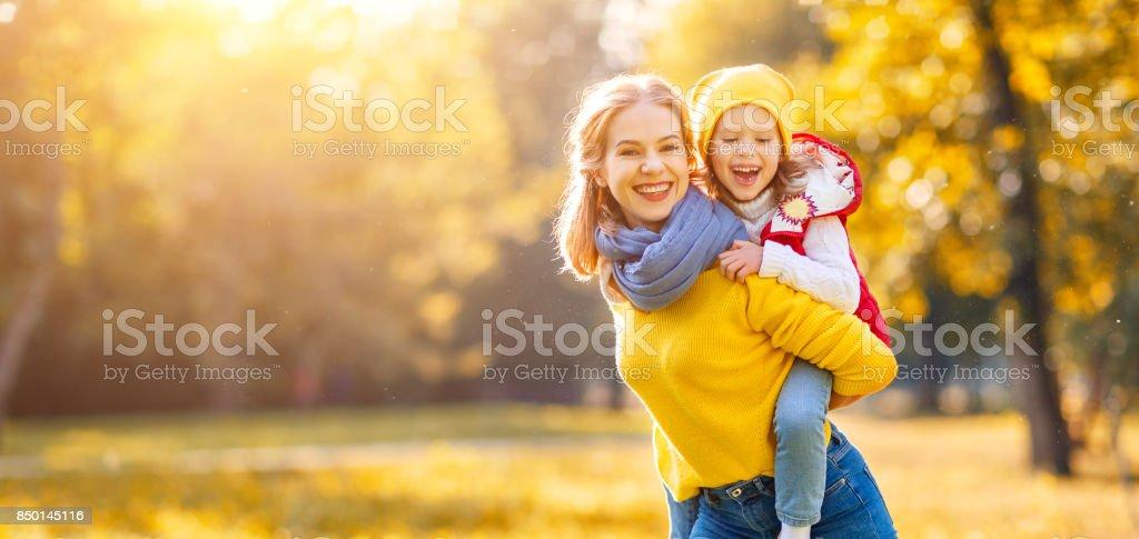 mutlu aile anne ve çocuk kızı sonbahar yürüyüş stok fotoğrafı
