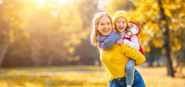 filha feliz família de mãe e filho na caminhada de outono - setembro amarelo - fotografias e filmes do acervo