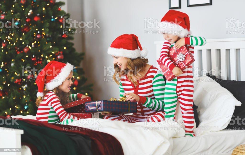 1043a6339450a8 Foto de Mãe De Família Feliz E As Crianças De Pijama Abrindo ...