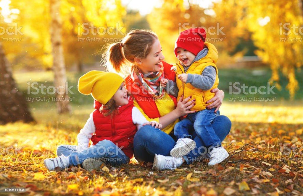 glückliche Familie Mutter und Kinder auf herbstlichen Spaziergang – Foto