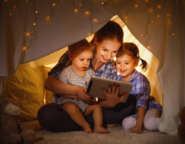 Heureuse mère de famille et enfants jouant dans tablet pc - Photo