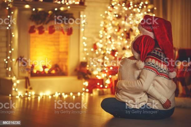 Happy family mother and daughter sitting backs near tree on of picture id880316230?b=1&k=6&m=880316230&s=612x612&h=zct4eibi2wxeex njv0troi hu8r3vqcxdp9se9kuzk=